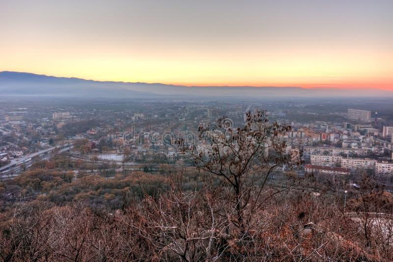 Download Opinião Do Por Do Sol Da Cidade De Plovdiv Do Monte Do Tepe De Dzhendem, Bulgária Imagem de Stock - Imagem de panorama, urbano: 65578343