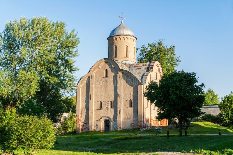 Opinião do por do sol da mola da igreja de Peter e de Paul em Slavna em Veliky Novgorod, Rússia fotos de stock royalty free