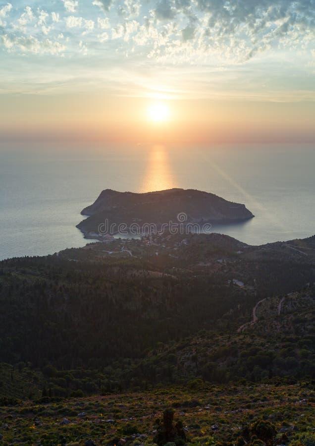 Opinião do por do sol da península de Assos (Grécia, Kefalonia) fotos de stock