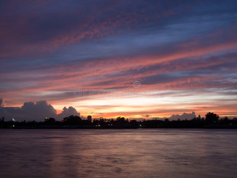 Opinião do por do sol de Chao Phraya River imagens de stock royalty free