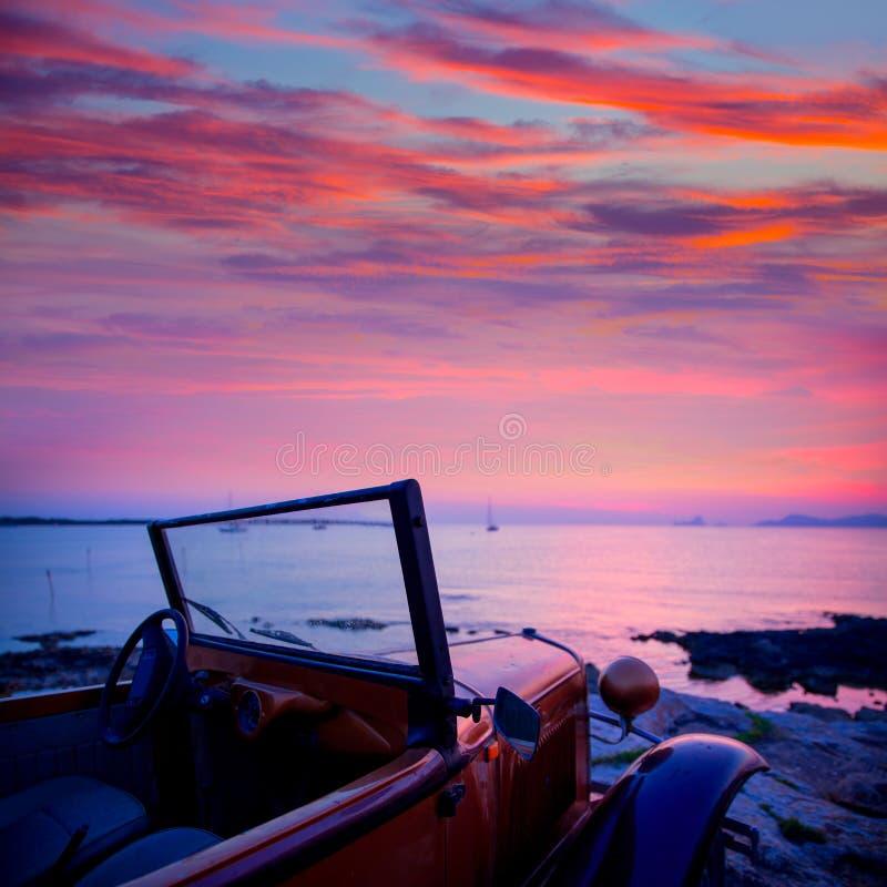 Opinião do por do sol de Ibiza do carro do vintage em Formentera fotografia de stock royalty free
