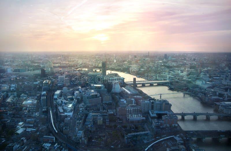 Opinião do por do sol de Londres do estilhaço Centro olho de Londres, Londres, rio Tamisa com reflexão clara bonita fotografia de stock