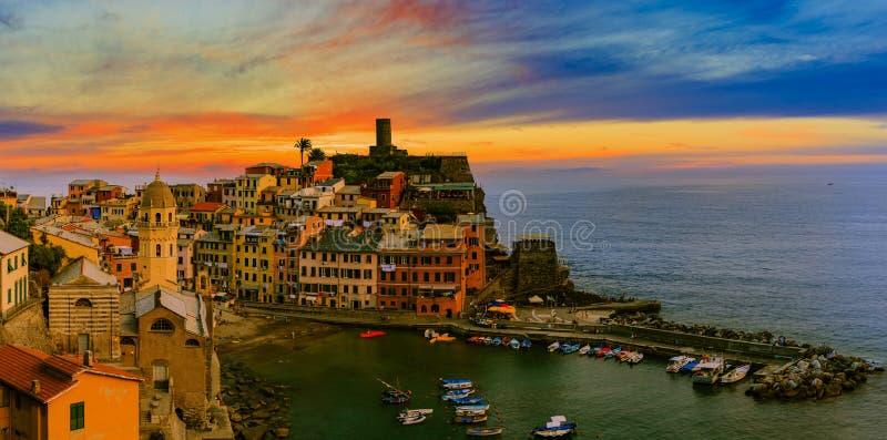 Opinião do por do sol do monte de casas de Vernazza e do mar azul, Cinque Te imagem de stock royalty free
