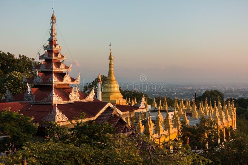 Opinião do por do sol no pagode da SU Taung Pyai em Mandalay foto de stock