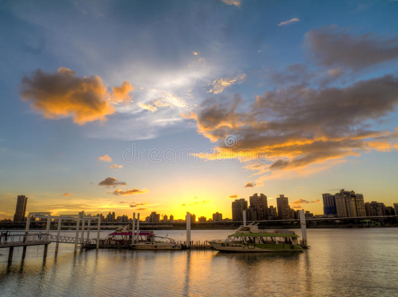 Opinião do por do sol no porto de Dadaocheng fotografia de stock royalty free