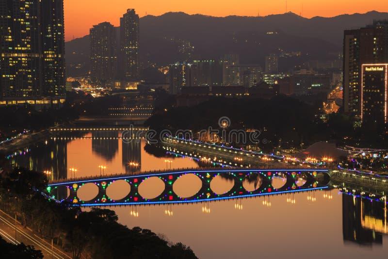 Opinião do por do sol Shing Mun River com a decoração do Natal em Shatin, Hong Kong o 31 de dezembro de 2015 fotos de stock royalty free