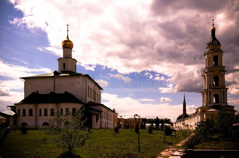 Opinião do por do sol ao claustro de Staro-Golutvin do esmagamento, Kolomna, região de Moscou, Rússia foto de stock royalty free