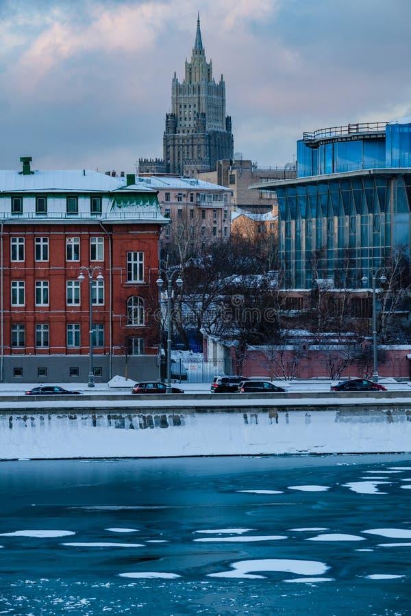 Opinião do por do sol do arranha-céus de Stalin em Moscou foto de stock