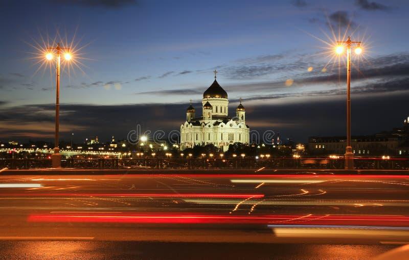 Opinião do por do sol da catedral de Cristo o rio do salvador e da Moscou mim fotos de stock