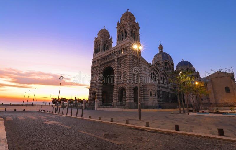 A opinião do por do sol da catedral de Marselha, Sainte-Marie-maior, igualmente conhecida como o La principal fotografia de stock