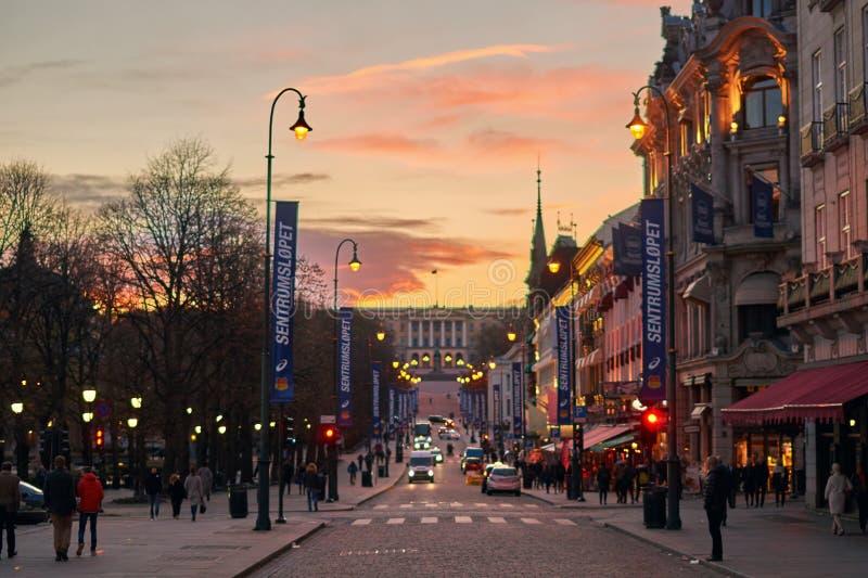 Opinião do por do sol da noite da rua da porta de Karl Johans no centro da cidade de Oslo com Royal Palace no monte foto de stock