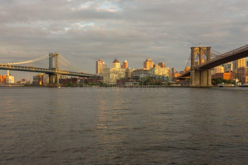 Opinião do por do sol da ponte de Manhattan e da ponte de Brooklyn, New York foto de stock