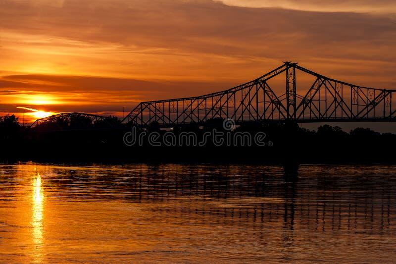 Opinião do por do sol da ponte histórica de Ironton-Russell - o Rio Ohio - Ohio fotos de stock royalty free
