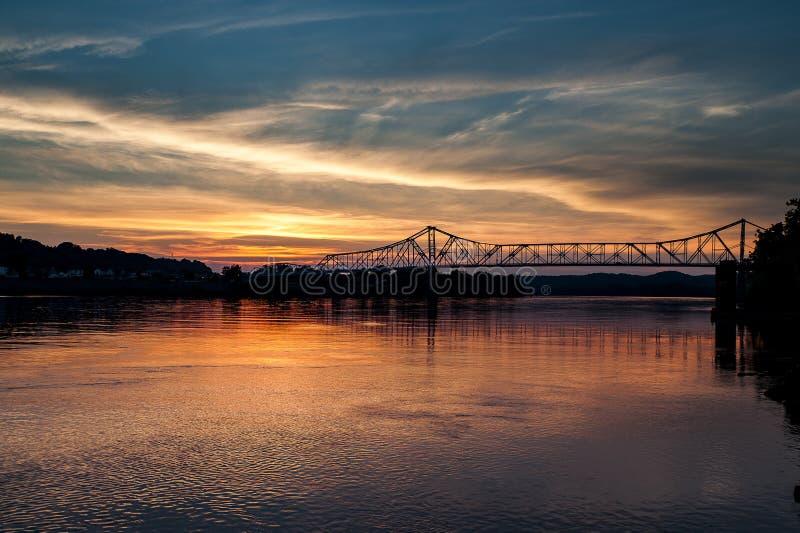 Opinião do por do sol da ponte histórica de Ironton-Russell - o Rio Ohio - Ohio foto de stock
