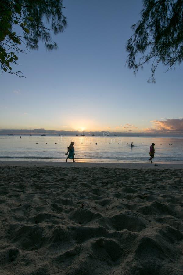 Opinião do por do sol em Mont Choisy Beach Mauritius fotografia de stock royalty free