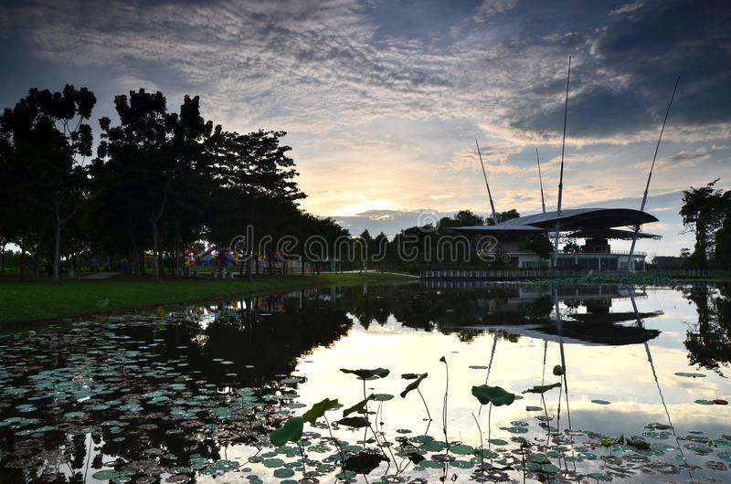 Opinião do por do sol no parque público situado em putrajaya, malaysia foto de stock royalty free