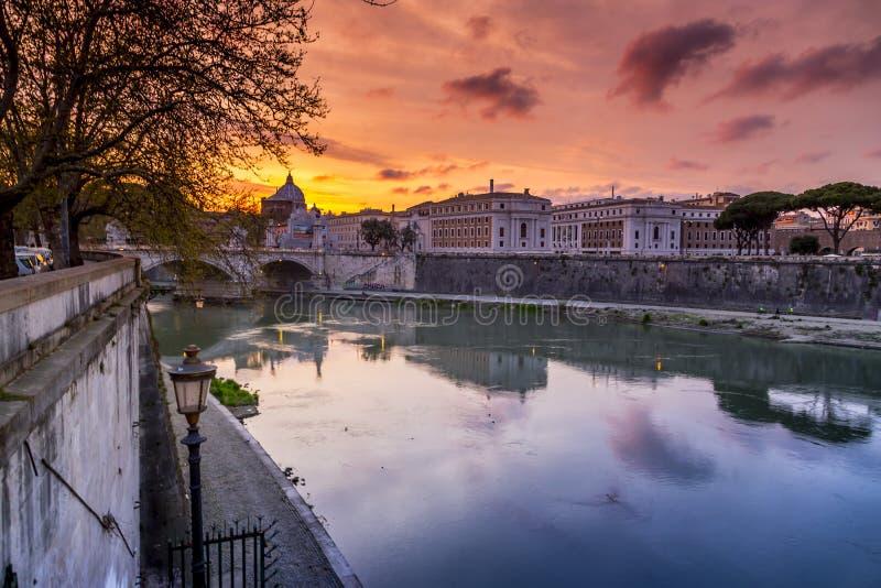 Opinião do por do sol no rio Roma de Tibre, Itália imagem de stock