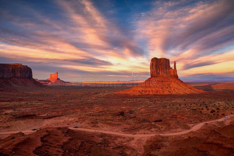 Opinião do por do sol no vale do monumento, o Arizona, EUA fotografia de stock