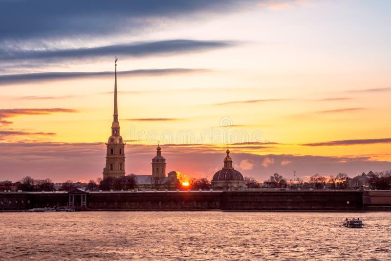 Opinião do por do sol o Peter e o Paul Fortress foto de stock royalty free