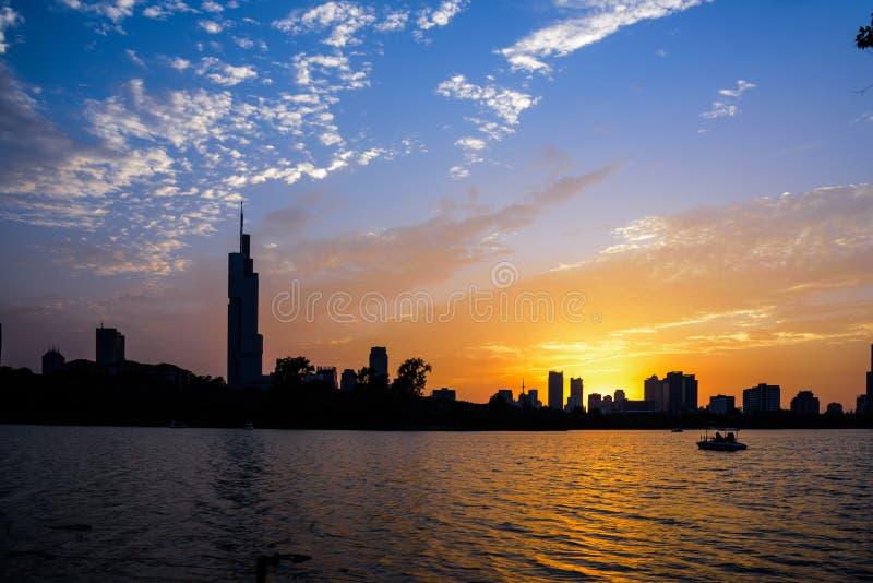 Opinião do por do sol do parque do lago Xuanwu fotografia de stock royalty free
