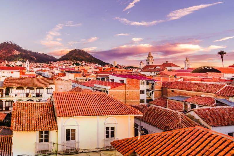 Opinião do por do sol sobre a arquitetura da cidade do sucre - Bolívia foto de stock royalty free