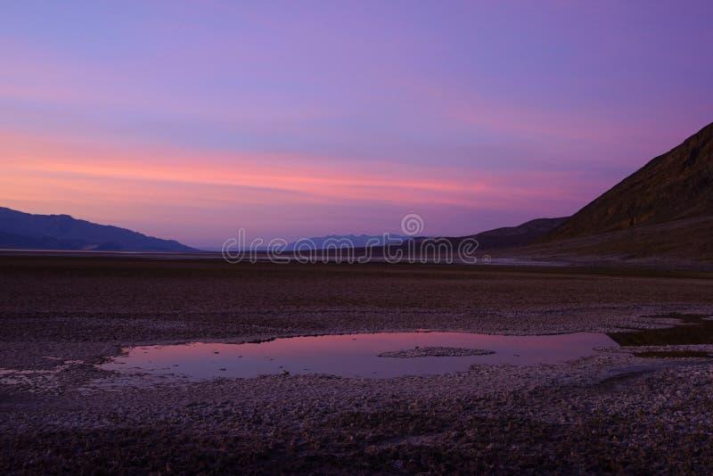 Opinião do por do sol sobre a bacia de Badwater, parque nacional de Vale da Morte fotos de stock