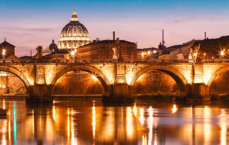 Opinião do por do sol do Vaticano com a basílica do ` s de St Peter, Roma, Itália fotos de stock