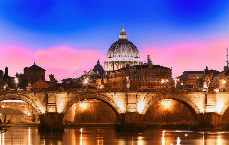 Opinião do por do sol do Vaticano com a basílica do ` s de St Peter, Roma, Itália foto de stock royalty free