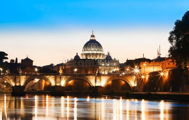 Opinião do por do sol do Vaticano com a basílica do ` s de St Peter, Roma, Itália fotos de stock royalty free