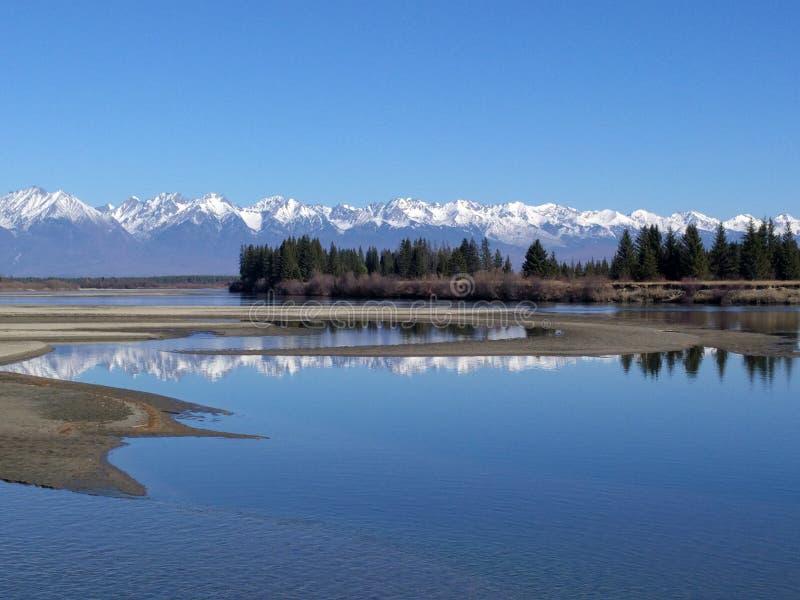 Opinião do Pov Fotos do telefone durante a caminhada cursos da família Ambiente dos povos por montanhas, rios Os esportes viajam foto de stock