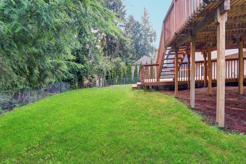 Opinião do quintal da casa cinzenta do passeador com as plataformas superiores e mais baixas imagens de stock royalty free