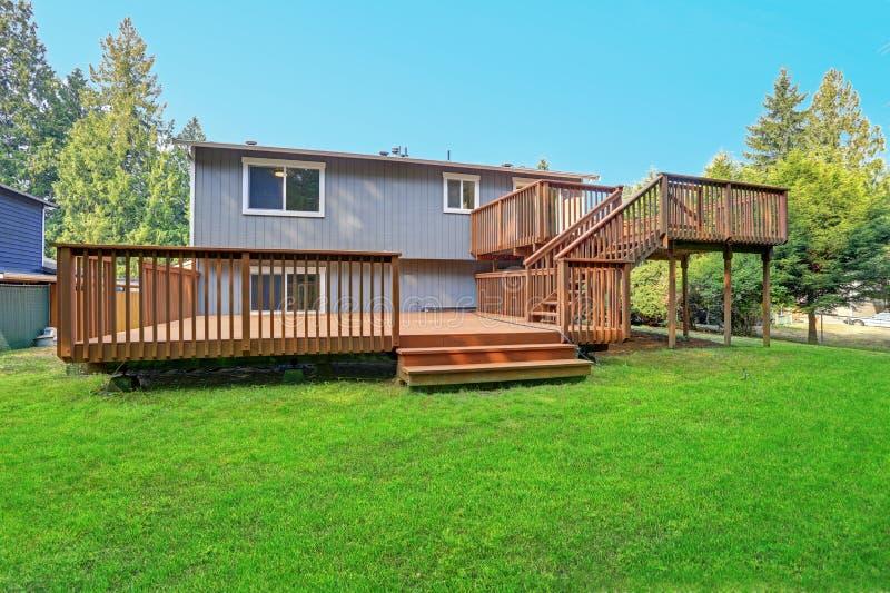 Opinião do quintal da casa cinzenta do passeador com as plataformas superiores e mais baixas fotografia de stock royalty free