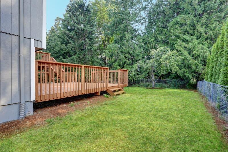 Opinião do quintal da casa cinzenta do passeador com as plataformas superiores e mais baixas fotos de stock royalty free