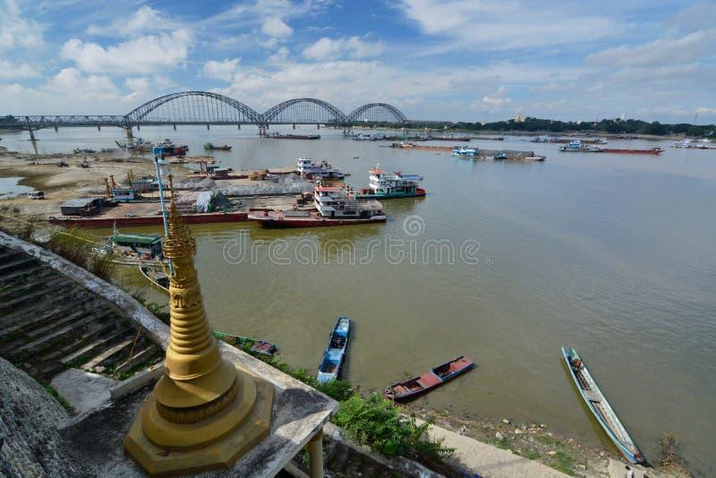Opinião do rio de Irrawaddy do pagode de Shwe-kyet-kya mandalay myanmar foto de stock royalty free
