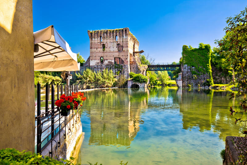 Opinião do rio de Mincio da vila idílico de Borghetto fotografia de stock royalty free