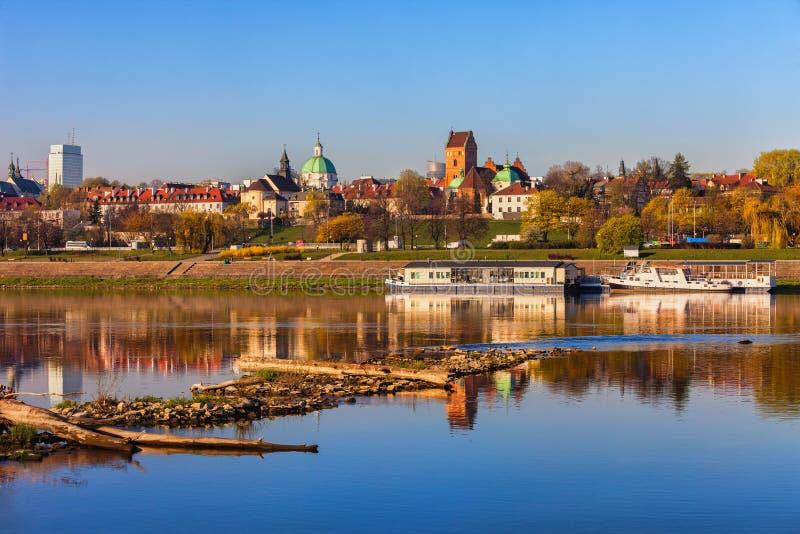 Opinião do rio de Varsóvia com skyline nova da cidade imagem de stock