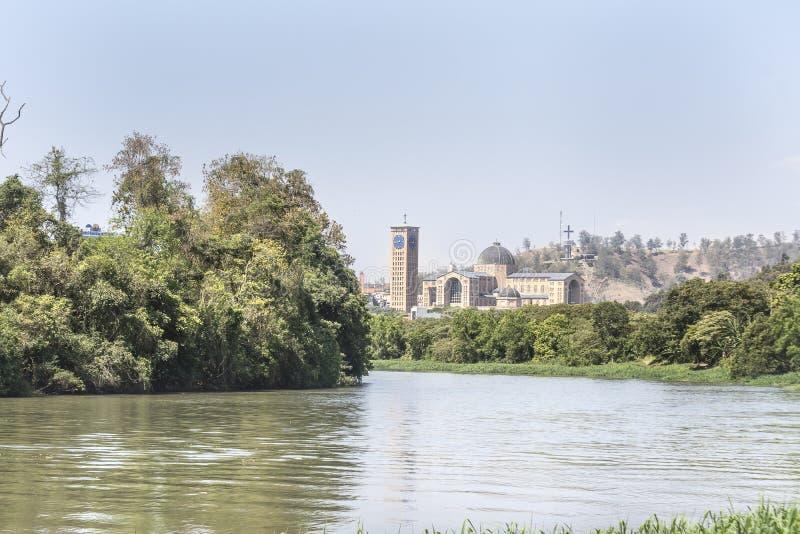 Opinião do rio na cidade Brasil de Aparecida imagem de stock