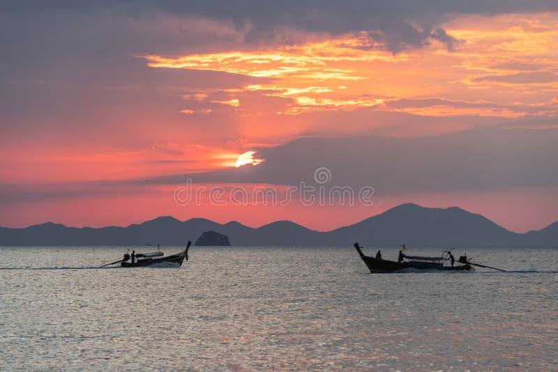 Opinião do Seascape com os barcos locais tailandeses da longo-cauda que flutuam na água no por do sol bonito no mar imagens de stock royalty free