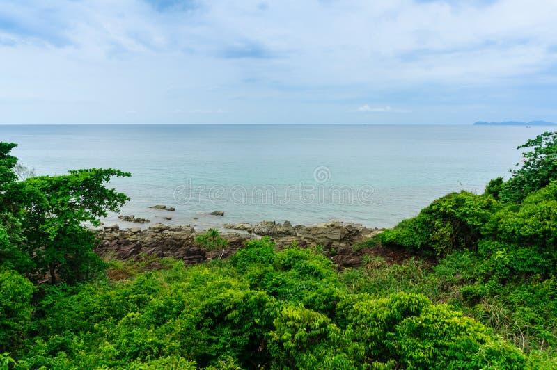 Opinião do Seascape da praia com montanhas, ilha da rocha de Koh Kood fotografia de stock royalty free