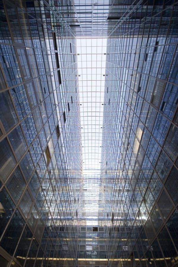 Opinião do sumário do ângulo da perspectiva e do lado de baixo a fundo textured do prédio de escritórios de vidro moderno fotografia de stock royalty free