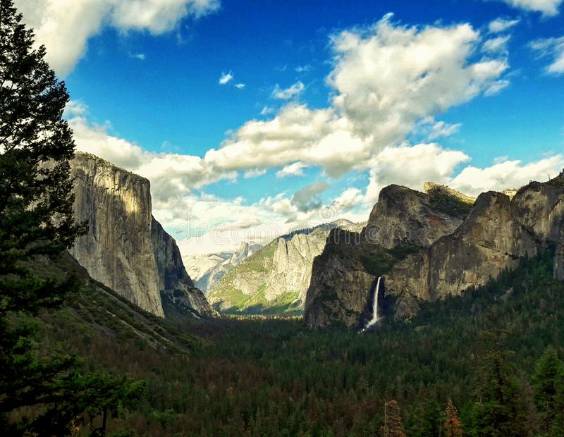Opinião do túnel no parque nacional de yosemite, Califórnia EUA fotografia de stock royalty free