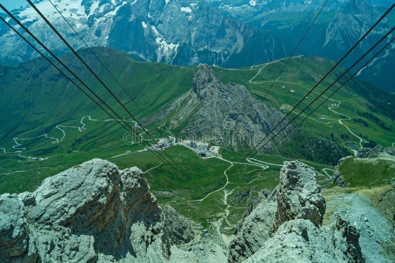Opinião do teleférico da montanha da dolomite fotografia de stock
