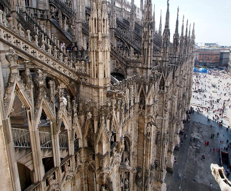 Opinião do telhado da catedral de Milão à praça central imagem de stock