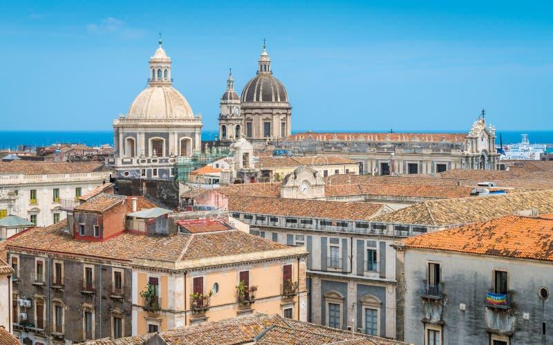 Opinião do telhado em Catania, com as abóbadas da igreja do ` Agata de Badia di Sant e do ` Agata Cathedral de Sant Sicília, Ital fotografia de stock