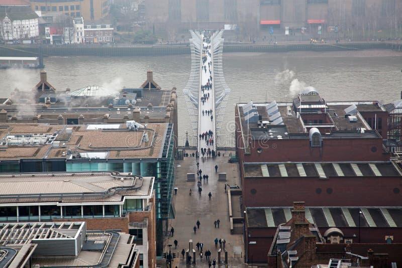 opinião do telhado sobre Londres em um dia nevoento de St Paul & de x27; catedral de s fotografia de stock