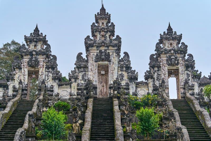 Opinião do templo de Lempuyang na ilha de Bali fotos de stock royalty free