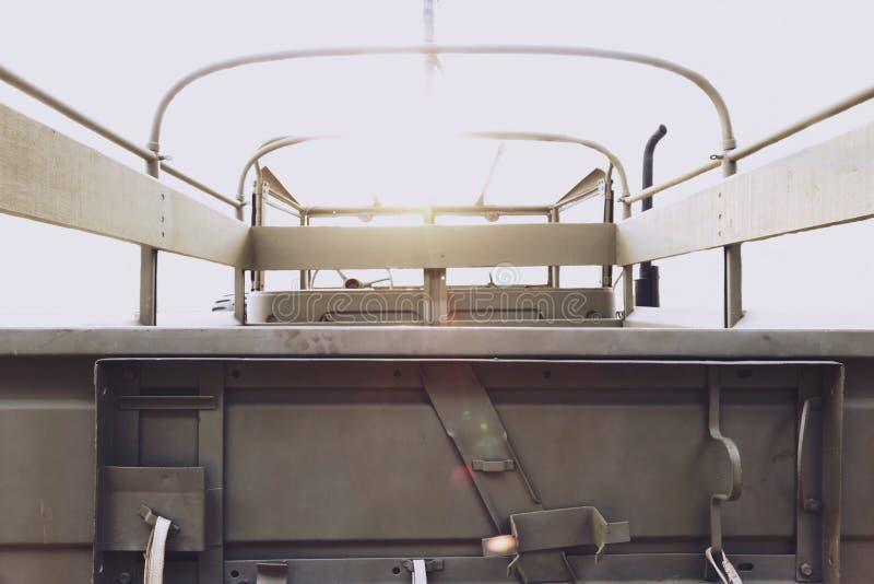 opinião do Traseiro-lado de um carro CLÁSSICO velho do exército do vintage fotografia de stock royalty free