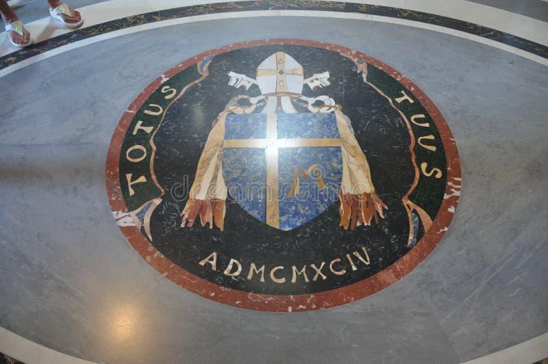 Opinião do Vaticano - interior do St Peter Basilica foto de stock royalty free