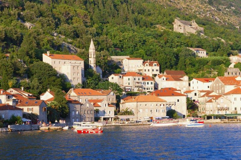Opinião do verão da cidade velha de Perast Montenegro imagens de stock
