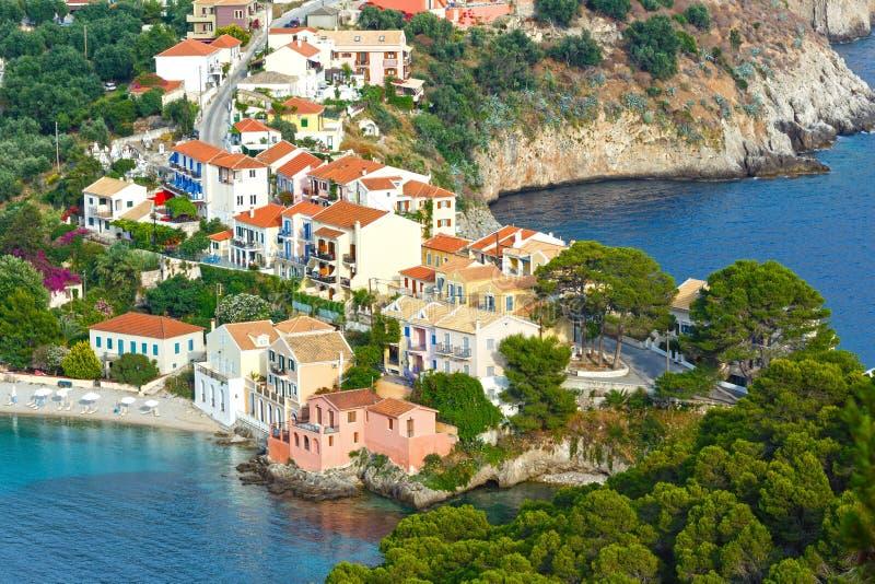 Opinião do verão da vila de Assos (Grécia, Kefalonia) imagens de stock royalty free